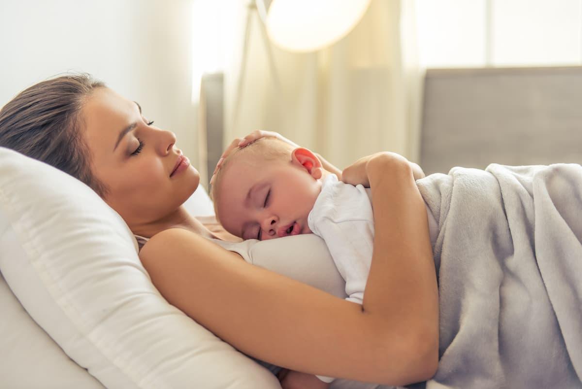 dormindo no colo da mamãe
