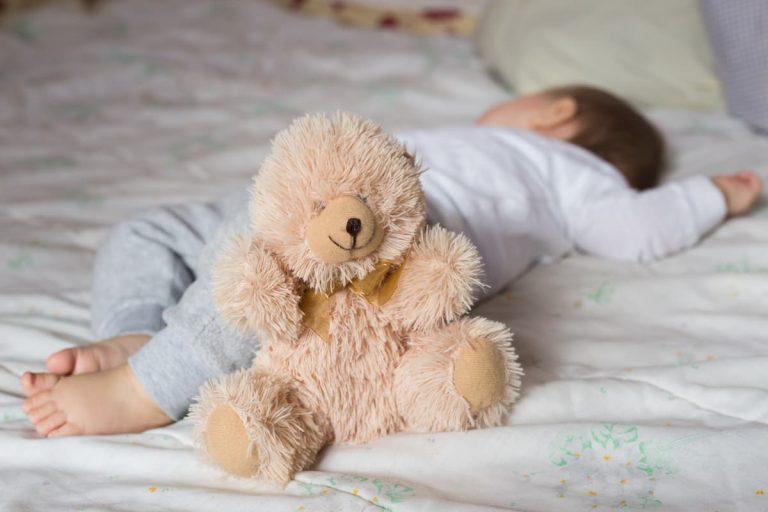 neném dormindo com a pelúcia